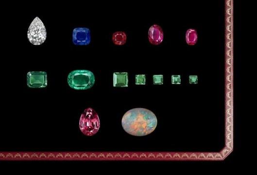 Set de pierres présentées par Cartier avant qu'elles soient montées sur des bijoux présentés à la XXVIIe Biennale des antiquaires.
